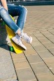 Fille avec le shortboard de planche à roulettes de penny Photos libres de droits