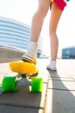 Fille avec le shortboard de planche à roulettes de penny Image libre de droits