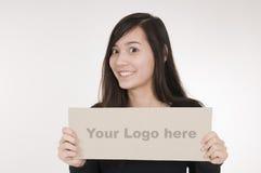 Fille avec le signe de logo laissé Image stock
