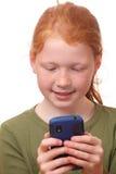 Fille avec le smartphone photographie stock libre de droits