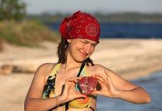 Fille avec le souvenir de corail sous forme de coeur Photographie stock
