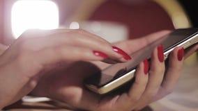 Fille avec le téléphone clips vidéos