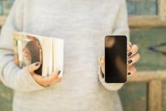 Fille avec le téléphone portable et les livres vides photos libres de droits