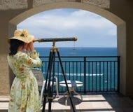 Fille avec le télescope sous la voûte Photographie stock