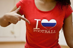 Fille avec le T-shirt du football d'amour d'I Photo stock