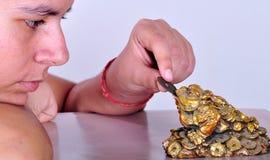 Fille avec le talisman de grenouille Photographie stock libre de droits