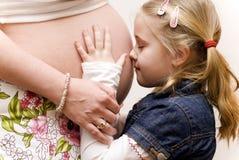 Fille avec le ventre de la mère Images stock