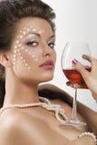 Fille avec le vin rouge en verre Photos stock