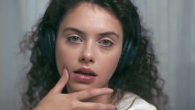 Fille avec les écouteurs sans fil clips vidéos