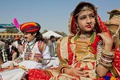 Fille avec les bijoux d'or et la robe traditionnelle de l'Inde Images stock