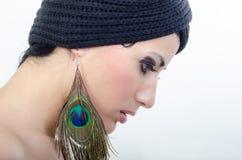 Fille avec les boucles d'oreille vertes Image stock