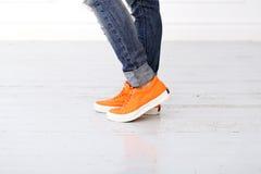 Fille avec les chaussures oranges Photos libres de droits