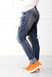 Fille avec les chaussures oranges Photo libre de droits
