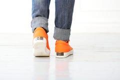 Fille avec les chaussures oranges Photographie stock