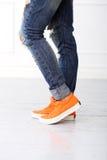 Fille avec les chaussures oranges Images stock