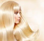 Fille avec les cheveux blonds images stock