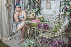 Fille avec les cheveux colorés dans la chambre Photographie stock libre de droits