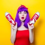 Fille avec les cheveux et les espadrilles pourpres de couleur Photo libre de droits