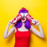 Fille avec les cheveux et les espadrilles pourpres de couleur Photographie stock