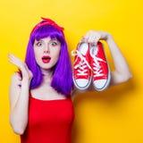 Fille avec les cheveux et les espadrilles pourpres de couleur Image stock