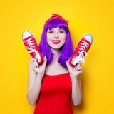 Fille avec les cheveux et les espadrilles pourpres de couleur Photo stock