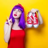 Fille avec les cheveux et les espadrilles pourpres de couleur Photos libres de droits