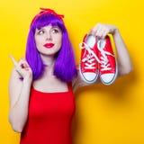 Fille avec les cheveux et les espadrilles pourpres de couleur Image libre de droits