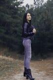Fille avec les cheveux foncés dans la forêt Photo stock