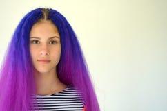 Fille avec les cheveux pourpres bleus Technique de manière nodulaire de kanekalon de prolongements de cheveux Photo libre de droits