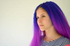 Fille avec les cheveux pourpres bleus Technique de manière nodulaire de kanekalon de prolongements de cheveux Photographie stock libre de droits