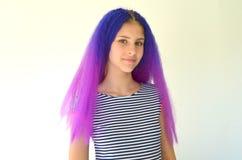 Fille avec les cheveux pourpres bleus Technique de manière nodulaire de kanekalon de prolongements de cheveux Photos libres de droits