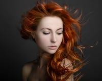 Fille avec les cheveux rouges Photos stock