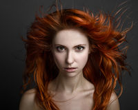 Fille avec les cheveux rouges image stock