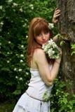 Fille avec les fleurs blanches photo stock
