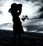 Fille avec les fleurs et le chapeau Image libre de droits