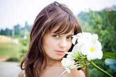 Fille avec les fleurs exotiques. Photographie stock