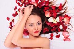Fille avec les fleurs roses Images stock