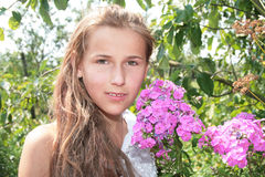 Fille avec les fleurs roses Photos libres de droits