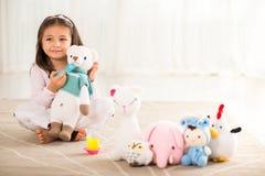 Fille avec les jouets tricotés Image stock