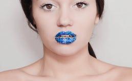 Fille avec les lèvres bleues lumineuses Photographie stock libre de droits