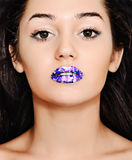 Fille avec les lèvres bleues lumineuses Photographie stock