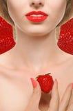 Fille avec les lèvres et les fraises rouges Photographie stock libre de droits