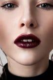 Fille avec les lèvres vinicoles Photo stock