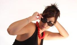 Fille avec les lunettes de soleil et le collier rouge Photo libre de droits