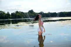 Fille avec les poils humides au lac Photo libre de droits