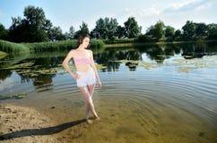 Fille avec les poils humides au lac Image libre de droits