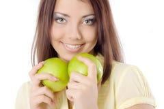 Fille avec les pommes vertes photo stock