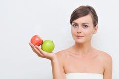 Fille avec les pommes vertes et rouges. Photographie stock libre de droits