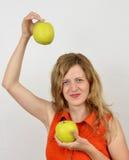 Fille avec les pommes vertes, jeune et sensuel Photos stock