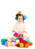 Fille avec les rais et les boules de tricotage des fils dans les cheveux Images libres de droits